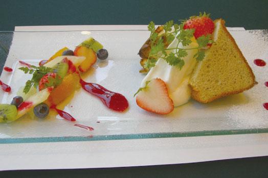 「シフォンケーキ(420円)」。ケーキプレートは、季節のフルーツやソースの華麗な盛りつけが目にもおいしい