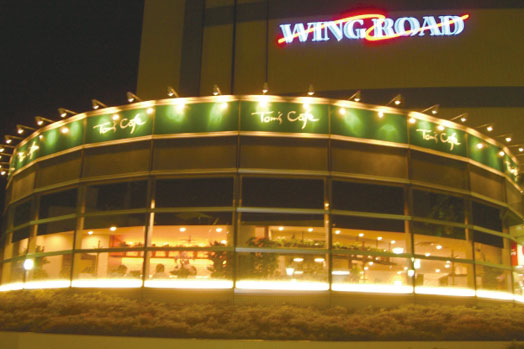 ウイングロードビル1階。円形前面ガラス張りのオシャレな空間で、全72席