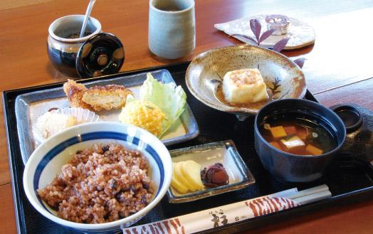 「玄米ご膳(1000 円)」。味噌汁、日替わりの三品盛り、豆腐、漬け物、三年番茶、手作りお菓子が付きます。営業時間中、いつでも提供OK