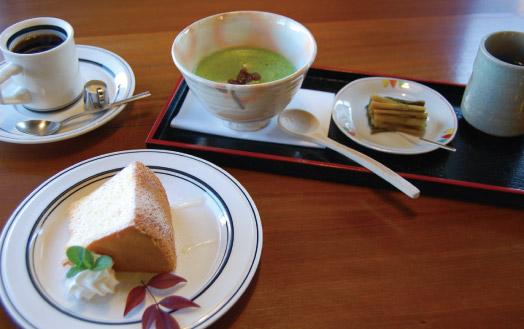 「抹茶白玉ぜんざい(650 円/冬季限定)」=右奥と、「けいこさんとよしえさんの手作りケーキセット(650 円)」=左。ケーキは、マスターの自家製はちみつのかかった米粉のシフォンケーキ(季節限定)