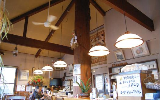 店名の由来となった、アメリカ杉の大きな柱がある店内。松本民芸家具のテーブルとイスで統一されています