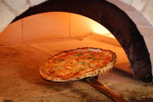 国産小麦を使い、イタリア製の石窯で高温で一気に焼き上げたピッツァは、外はさくさく中もっちり