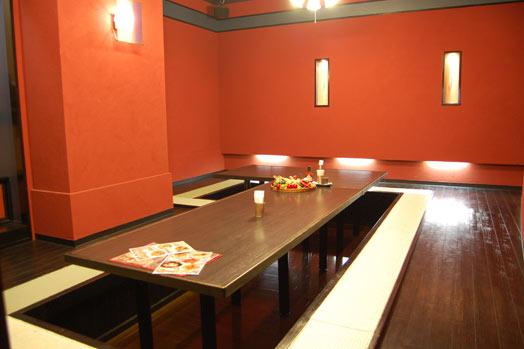 20人くらいまでOKの個室も人気。開放的なフロアの席も予約できます