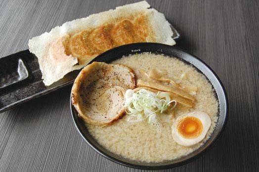 「ばりこて・白(690円)」=手前、手作りのパリパリの羽根付き「焼き餃子(380円)」