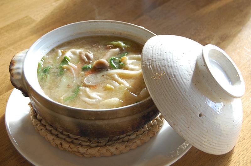 冬にオススメ、熱々みそ味の「餃子鍋(650円)」