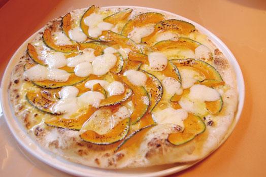 秋限定のオリジナルピッツァで、メープルシロップがかかってスイーツ的にいただける「モツァレラとパンプキンピッツァ(1100円)」