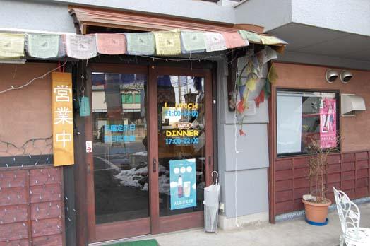 店は国道147号沿い、島内交差点の歩道橋の近く