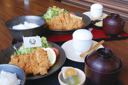 親子セット(1350円/平日限定/予約制)。主菜(取材日はチキンカツ)、茶わん蒸し、ご飯、味噌汁、小鉢と、子どもにはジュースが付きます