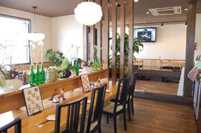 窓が大きく明るい店内には、カウンター席、テーブル席、小上がりがあります