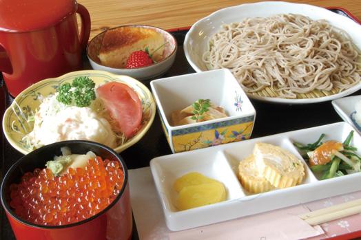 「十味そば御膳 桜(1280円)」。ざるそば、ミニいくらごはん、三点盛、サラダ、漬物、デザートと盛りだくさんです