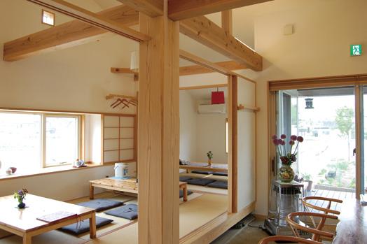 自然素材にこだわった店内。施工は住まい工房さんだそうで、杉板のテーブルは大工さんの手作り