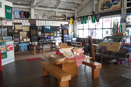 天井が高く、開放感あふれる店内には110席を用意。バリアフリーとなっています