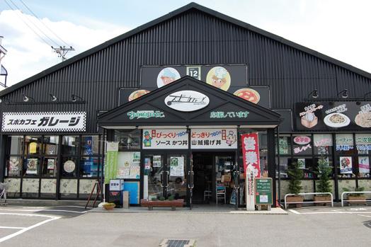場所は美須々の交差点近く。松本市浅間温泉のカフェレストガレージの姉妹店です 毎日焼き上げる手作り食パンに、アイスクリームとハチミツをたっぷり乗せた「ハニーアイストースト(680円)」。写真右奥は「アイスカフェオレ(520円)」です天井が高く、開放感あふれる店内には110席を用意。バリアフリーとなっています 場所は美須々の交差点近く。松本市浅間温泉のカフェレストガレージの姉妹店です 女性用トイレの個室には、おむつ替えシートを完備