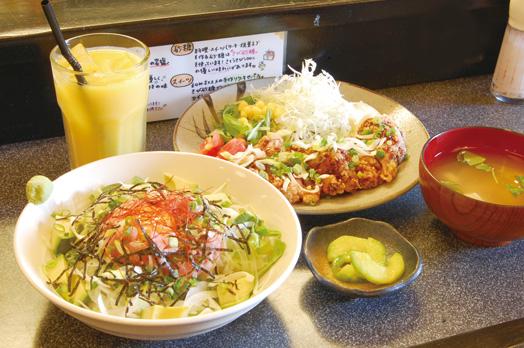 ランチタイムの「山賊焼き定食」(ご飯付き)ムネ800円、モモ900円=写真奥と「ネギトロアボガ丼」800円=写真左。いずれもサラダ、汁もの、小鉢、ドリンクが付きます