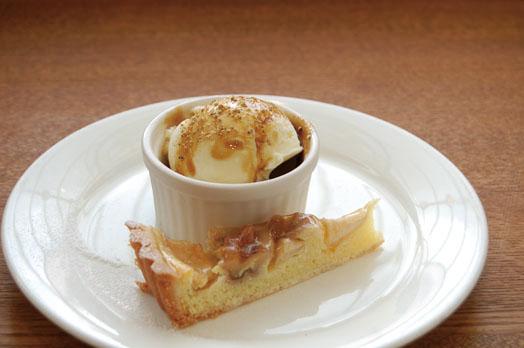 上記Bセットに付くデザート2種。バニラアイスクリームと梓川のリンゴとクルミのタルト。スイーツ好きには「自家製デザート(3種盛)+ドリンクセット(800円)」もオススメ