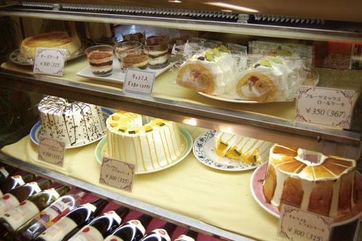 ショーケースにはシフォンケーキやチーズケーキ、ロールケーキなど手作りケーキがずらり。テイクアウトもできます