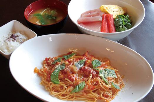ランチメニューの「ナポリタン(=手前)」と「マグロ丼(奥)」。サラダとドリンクのほか、ナポリタンにはご飯、マグロ丼には味噌汁が付きます