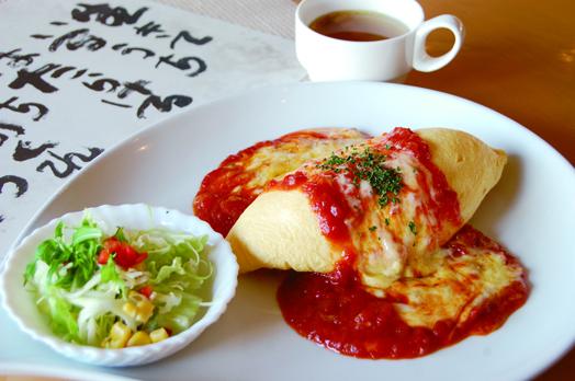 女性に人気の「焼チーズトマト・オムライス」(サラダ、スープ付き。1100円)。近々メニュー改定予定、お楽しみに