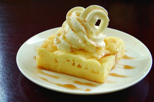 期間限定の「ホワイト★ベリー」(420円)。ふわふわ熱々の焼きたてマーラカオにバニラソフトクリームを乗せ、黒蜜がたっぷり