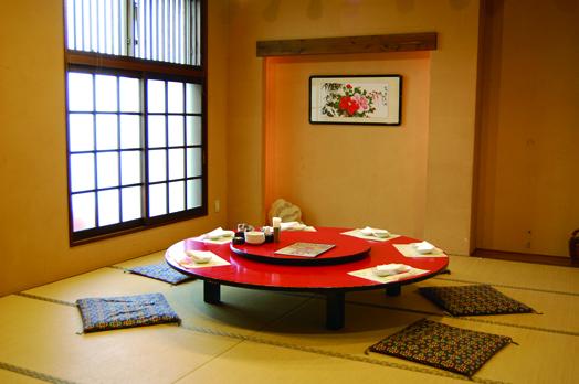個室は5〜16人で利用できて、予約がベター。パーテーションを取り払うと最大50人まで対応でき、PTAの集まりなどに好評です