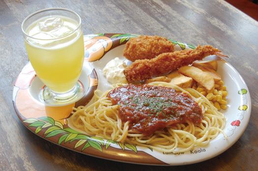 子どもに人気のミートソース、エビフライ、カニコロッケ、ポテト、コーンにジュースとおまけの付いた「お子様スパゲティ」(630円)