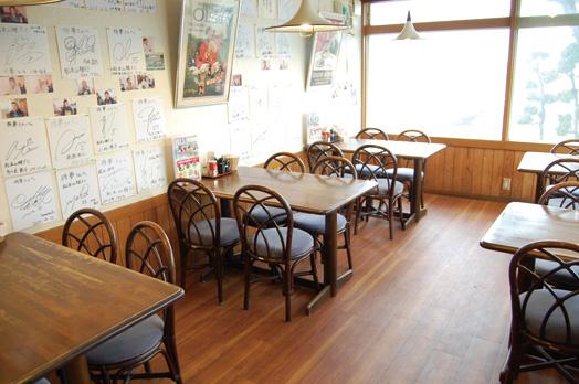 店内はテーブル席とカウンター。壁には、Jリーグクラブ松本山雅の選手のサインがズラリ