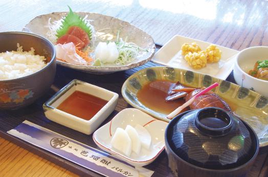 日替わりの「昼御膳」(850円/平日昼)。取材日の日替わり料理は、イカの煮付けと刺身