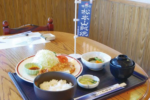 日替わりの「昼御膳」(850円/平日昼)の松本山賊焼定食。数量も登場日も限定のメニュー