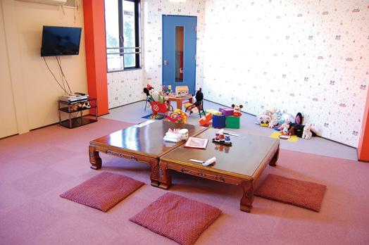 大人10人+子どもが入れるキッズルーム(要予約)。近くに半個室タイプのオムツ替えシートも