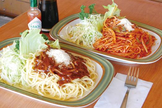 甘く、どこか懐かしい味の定番スパゲッティ。「ミートソース」(800円)=写真手前、「ナポリタン」(800円)=写真奥