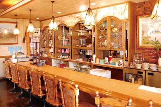店内はカウンターとテーブル席。ゆっくりと過ごしたいなら13時30分過ぎがオススメ。カウンター上(写真左寄り)にあるのが水出しコーヒーの器具