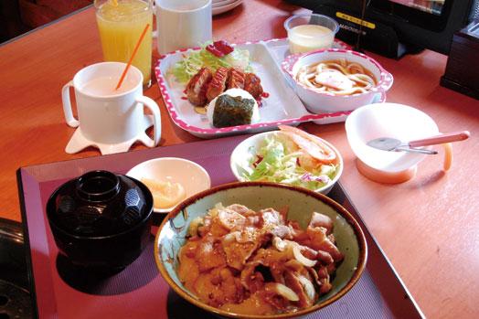 昼限定のワンコインランチ「豚焼き丼(タレ)」(500円=手前)とお子様セット(515円=奥)。幼児のドリンクバーはいつでも無料です