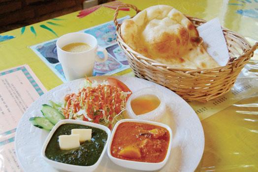 「お好きなカレーツインセット(1180円)」。好みのカレー(2種)にスープ、サラダ、ナンorライス付き。写真のカレーは、ほうれん草とポークです