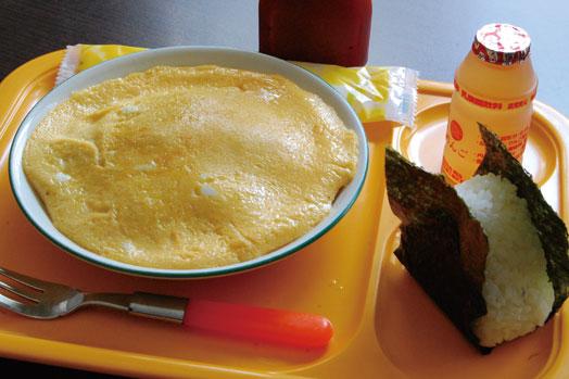 「お子様セット(400円)」。薄焼き卵が乗った焼きそばに、おむすび、ミニジュースが付きます