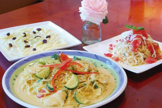 夏季限定の「夏野菜と若鶏のカレークリームスパゲティ」(税抜1090円)=手前と「トマトとモツァレラとバジルのスパゲティ」(税抜980円)=右奥。左奥はゴルゴンゾーラチーズを使った「ペンネ・ゴルゴンゾーラ」(税抜890円)