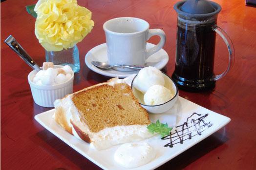 定番人気の「キャラメルシフォンケーキ」(税抜300円)のケーキセット(税抜350円増/14:00~21:00)。ケーキはテークアウトできます