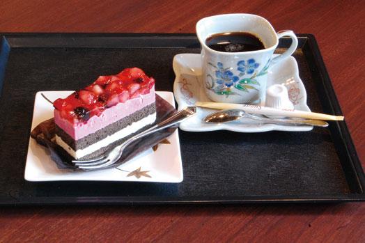 デザートも充実しています。写真は「ベリーベリーケーキ(300円)」と「コーヒー(150円)」