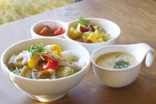 カレー、パスタ、ピザの定番のほか2ヵ月ごとに変わるメインメニューを楽しめる「ランチセット」(1296円/前菜、野菜スープ、ドリンク付き)