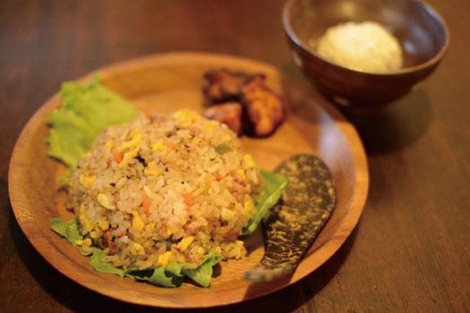 カンボジア焼き飯(ハーフ)かカンボジア焼きそば(ハーフ)に鶏のから揚げトゥックトレイとココナッツアイスが付いた「お子様セット」(350円)