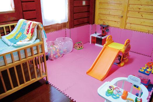 優しい色合いのキッズルームには滑り台やおもちゃ、そしてベビーベッドまで!