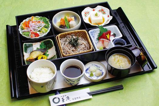 刺身、焼魚、煮物、逸品、サラダ、信州そば、ごはん、味噌汁が付いたランチタイム限定の「長寿健康御膳(1500円)」