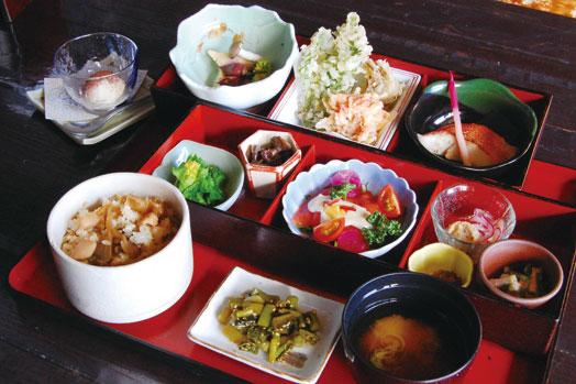 春限定の「月の蕎麦 旬彩御膳(1550円)」。季節の料理が12品入ってデザート付き。3月3日から提供します