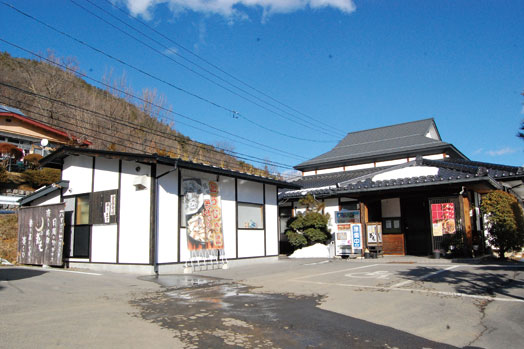 松本市街地から大口沢へと抜ける途中、六助池の東に店舗はあります