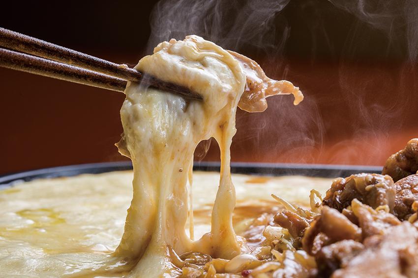 「チーズダッカルビ(1280円)」。鶏モモと野菜、特製コチュジャンとチーズが絶妙。豚バラと牛すじも選べます