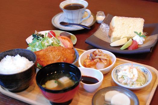 人気の「日替りランチ(980円、数量限定)」=写真手前。前菜3点盛り合わせ、メイン料理(写真はチキンカツ)、サラダ、小鉢2品、ごはん、みそ汁、漬物、コーヒーまたは紅茶が付きます。「本日のケーキ(450円)」=写真奥はシフォンケーキ