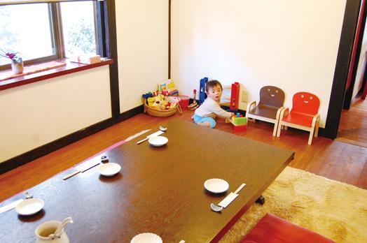 お子さん連れには個室が喜ばれています。お気軽に予約を