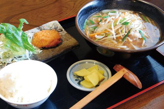 「お昼の日替わり定食(税別500円)」の麺物定食。取材日は肉味噌ラーメン、エビカツ、サラダ、ご飯、漬物