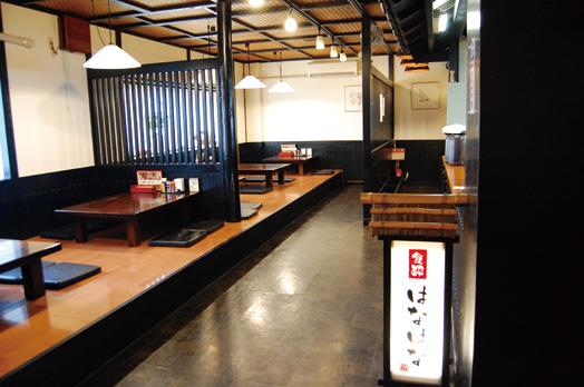 カウンター、小上がり、テーブル席、お座敷のある落ち着いた雰囲気の店内