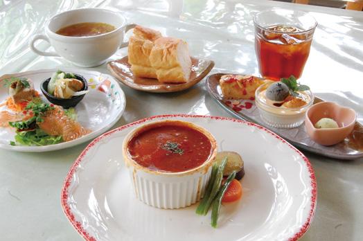 「スペシャルランチ(1800円)」。写真は、主菜がデミトマトソースの煮込みハンバーグ。このほか、パンとアイスティーを選択。各コースともパンまたは麦ごはん、スープがお替わりできます