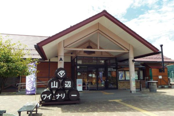 松本市街地からほど近く、標高700mのぶどう畑が広がるエリアに店舗はあります